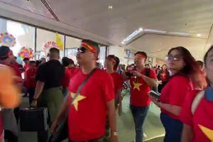 Cận cảnh các cổ động viên Việt Nam 'đại náo' sân bay Manila