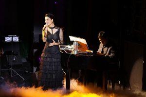 Ca sĩ Thu Phương lần đầu biểu diễn dịp Giáng sinh bên gia đình tại Phú Quốc