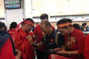 Cổ động viên ra sân bay tiễn U22 Việt Nam 'vinh quy bái tổ'