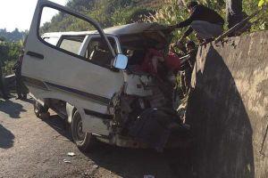 Xe chở người khuyết tật bất ngờ mất lái đâm vào vách núi khiến 2 người chết, 3 người bị thươn