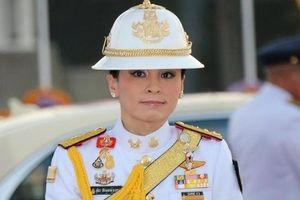 Hoàng hậu Thái Lan 'biến hóa' liên tục sau khi Hoàng quý phi bị phế truất, khoe vẻ đẹp cá tính trong sự kiện mới nhất