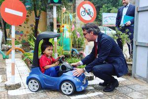 Đại sứ EU cùng các em nhỏ Việt Nam 'chơi mà học' về bình đẳng giới