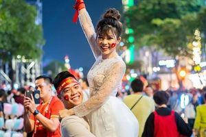 Đi bão mừng vô địch SEA Games, cô dâu chú rể có bộ ảnh cưới đáng nhớ