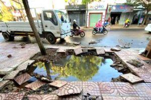 Clip ống dẫn nước sạch nổ tung vỉa hè ở Đắk Lắk