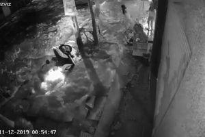 Ống nước ngầm nổ tung khiến người đàn ông lao xe máy xuống hố