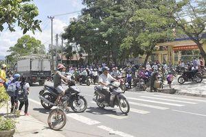 Nguy hiểm các cổng trường học ven quốc lộ ở KonTum