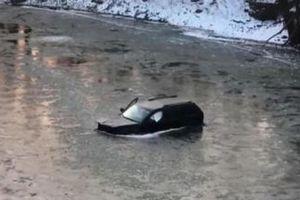 Ô tô lao xuống sông băng, nam tài xế sống sót nhờ trợ lý ảo