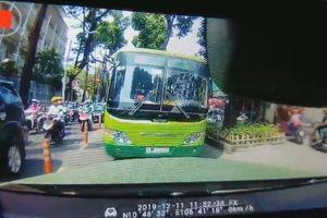 Xe buýt vượt ẩu, lấn làn đường ngược chiều bị tài xế ô tô ép đi lùi
