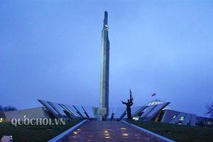 Chủ tịch Quốc hội Nguyễn Thị Kim Ngân đặt hoa Đài tưởng niệm các Anh hùng của cuộc chiến tranh vệ quốc vĩ đại tại belarus