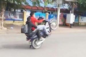 Xử phạt nam thanh niên lái xe máy bằng 1 bánh