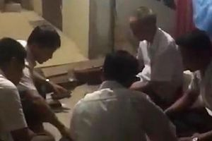 Quan xã ở Thanh Hóa đánh bài ăn tiền ở công sở: Có bị cách chức?