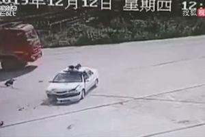 Va chạm mạnh trên đường, thanh niên đi xe máy văng lên nóc ô tô