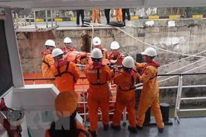 Cấp cứu kịp thời thuyền viên bị tai nạn trên vùng biển Hoàng Sa