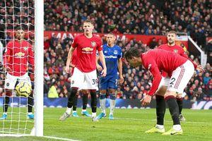 Hậu vệ 'đốt đền', sao trẻ tỏa sáng giúp MU thoát thua Everton