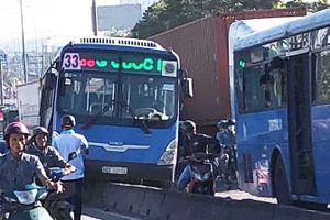 Xe buýt lao lên dải phân cách, quốc lộ 1 ùn tắc 2 km