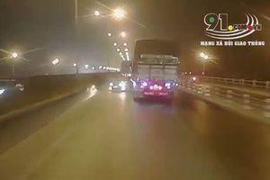 Chuyển làn ẩu, xe tải đâm ô tô xoay vòng trên đường