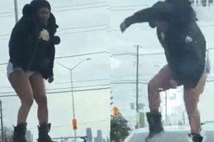 Phát hiện bạn trai 'cắm sừng', cô gái lột quần nhảy lên đỉnh nóc ôtô trút giận