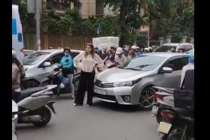 Clip: Nữ du khách ngoại quốc chặn đầu xe ô tô đi ngược chiều ở Hà Nội