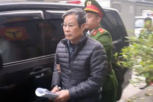 Cảnh sát dẫn giải 2 cựu bộ trưởng đến tòa