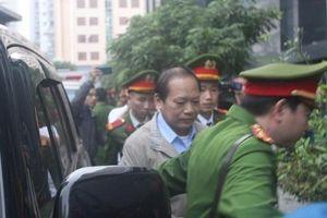 Hình ảnh dẫn giải các bị cáo Nguyễn Bắc Son, Trương Minh Tuấn... vụ AVG đến tòa