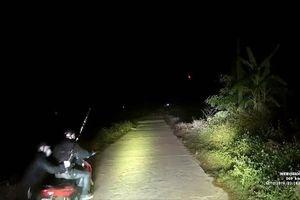 Trong đêm tối, lái xe cứu thương bị dàn cảnh tai nạn, cướp tài sản