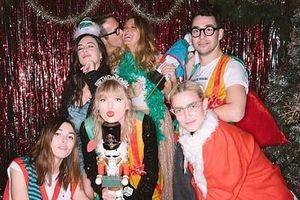 Taylor Swift xinh đẹp, rạng rỡ đón sinh nhật tuổi 30 bên bạn bè