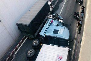 Đồng Nai: Xe container lật nhào tại ngã tư 'tử thần'
