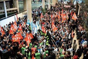 Giao thông tại Pháp tê liệt trầm trọng vì biểu tình phản đối cải cách lương hưu