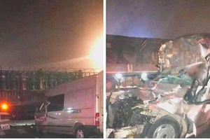Ô tô 16 chỗ lao thẳng vào xe chở bình ga, tài xế tử vong trong cabin bẹp dúm