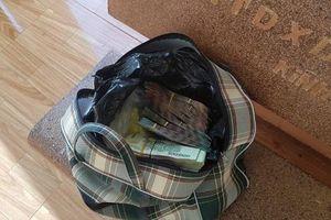 Chủ quán cơm ở Bình Phước nhặt được túi xách chứa 280 triệu đồng
