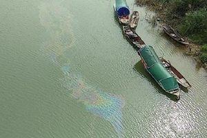 Nghệ An: Phân tích mẫu nước sông Lam sau khi xuất hiện vệt dầu loang