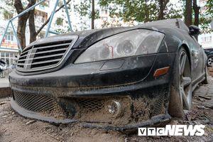 Xe sang Mercedes-Benz gần chục tỷ đồng bị bỏ hoang giữa Hà Nội