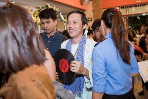 Hoài Linh mặc áo bà ba cùng dàn sao dự live show bạc tỷ của Lệ Quyên