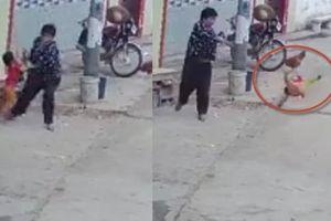 Clip ác mẫu ném con giữa đường, tài xế ô tô gây tai nạn chống đối công an Hà Nội