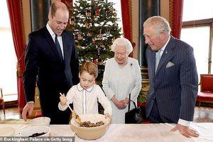 4 thế hệ hoàng gia Anh cùng làm bánh mừng Giáng sinh