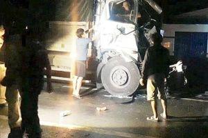 Tai nạn giao thông liên hoàn ở Vĩnh Long, tài xế kẹt cứng trong cabin