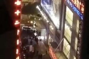 Người đàn ông nhảy lầu rơi trúng hai nữ sinh, cả ba người mất mạng