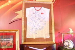 Áo có chữ ký thành viên tuyển Việt Nam được bán đấu giá 1 tỷ đồng