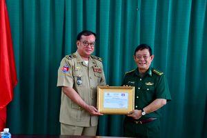 Hỗ trợ 100 triệu đồng cho lực lượng bảo vệ biên giới tỉnh Svay Rieng