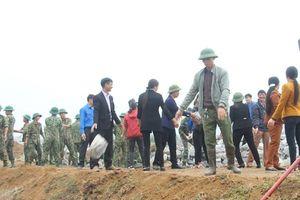 Người dân đun nước vối mời bộ đội xây tường rào bảo vệ sân bay Miếu Môn