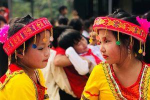 Tặng áo ấm cho học sinh nghèo Lũng Luông