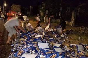 Người dân giúp tài xế thu gom hơn 500 thùng bia đổ xuống đường