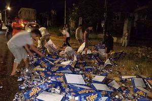 Tài xế container ngồi khóc khi hàng trăm thùng bia đổ ra đường, nhiều người tới thu gom giúp