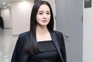 Mẹ 2 con Kim Tae Hee ăn vận sang chảnh đi sự kiện, thu hút nhất lại là sự thay đổi trên khuôn mặt