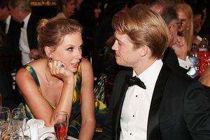 Taylor Swift hóa công chúa đẹp hút mắt, âu yếm nhìn bạn trai ở sự kiện