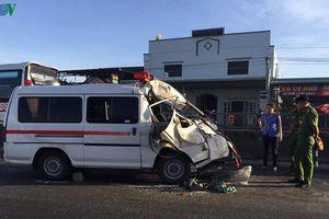 Xe cứu thương gặp nạn, 3 người bị mắc kẹt