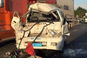 Xe cứu thương mang logo cảnh sát biến dạng sau cú tông xe khách