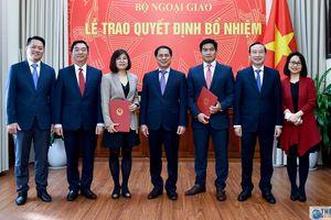 Thứ trưởng Thường trực Bùi Thanh Sơn trao quyết định điều động, bổ nhiệm cán bộ