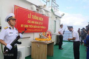 Lễ tưởng niệm các liệt sỹ hy sinh tại Trường Sa trên boong tàu 561