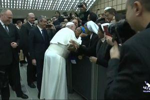 Giáo hoàng Francis hôn nữ tu 'hứa không cắn'